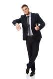 Hübscher junger Mann, der auf etwas sich lehnt Lizenzfreie Stockfotos