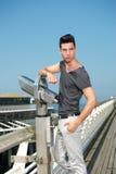 Hübscher junger Mann, der auf Pier steht Lizenzfreies Stockfoto