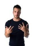 Hübscher junger Mann, der bis acht mit den Fingern und den Händen zählt Stockfotos