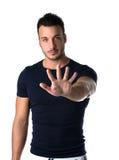 Hübscher junger Mann, der bis fünf mit den Fingern und den Händen zählt lizenzfreies stockfoto