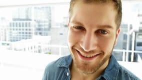 Hübscher junger Mann, der an der Kamera lächelt stock video
