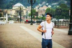 Hübscher junger Mann, der in europäischen Stadtplatz geht Lizenzfreies Stockbild