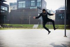 Hübscher junger Mann, der für Freude springt Stockfotos