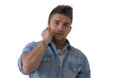 Hübscher junger Mann, der am Handy spricht (beweglich), lokalisiert stockfotos