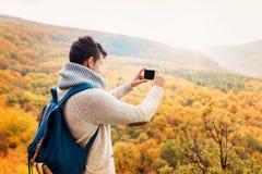Hübscher junger Mann in der Herbstnatur Stockbild