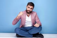 Hübscher junger Mann, der im Studio aufwirft Stockfoto