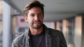 Hübscher junger Mann in der Stadt sprechend mit Kamera stock video footage