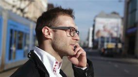 Hübscher junger Mann, der am Telefon, Zeitlupe geht und spricht stock video