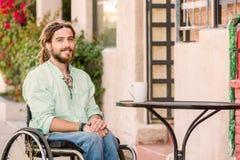 Hübscher junger Mann in einem Rollstuhl lizenzfreie stockfotografie