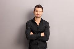 Hübscher junger Mann in einem schwarzen Hemd Stockfotografie
