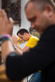 Hübscher junger Mann in einer Kirche Lizenzfreie Stockfotos