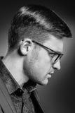 Hübscher junger Mann in einer Klage und in modernen Gläsern Lizenzfreies Stockfoto