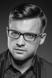 Hübscher junger Mann in einer Klage und in modernen Gläsern Stockfotos