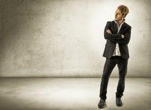 Hübscher junger Mann gegen Backsteinmauer Stockfotos