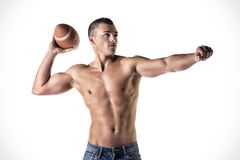 Hübscher, junger Mann hemdlos, werfender Ball des amerikanischen Fußballs Lizenzfreie Stockbilder