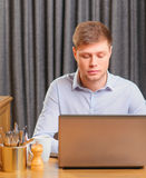 Hübscher junger Mann im Café Stockbild