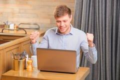 Hübscher junger Mann im Café Lizenzfreies Stockfoto