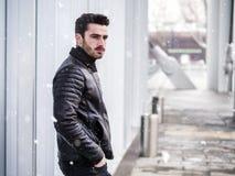 Hübscher junger Mann im Freien auf Wintermode Lizenzfreie Stockfotografie