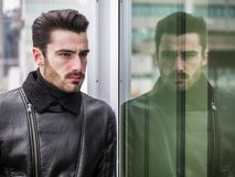 Hübscher junger Mann im Freien auf Wintermode Lizenzfreie Stockfotos