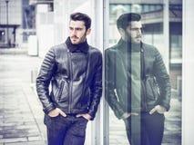 Hübscher junger Mann im Freien auf Wintermode Lizenzfreies Stockfoto