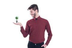 Hübscher junger Mann im Hemd, das Ökologiesymbol hält Stockfotos