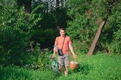 Hübscher junger Mann im Wald stockbilder