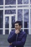 Hübscher junger Mann mit dem angeredeten Haar Der Mann ist auf den Schritten Lizenzfreie Stockfotos