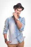 Hübscher junger Modemann, der eine Hand in seiner Tasche hält Stockbild