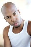 Hübscher junger schwarzer Mann im weißen Hemd Stockbilder
