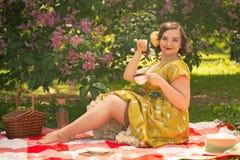 Hübscher junger Stift herauf das Mädchen, das Rest auf der Natur hat glückliches dünnes tragendes Weinlesekleid der jungen Frau,  lizenzfreies stockfoto