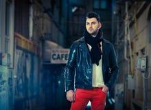 Hübscher junger stilvoller Kerl. Vogue-Artfoto eines gutaussehenden Mannes auf der Straße. Junger attraktiver Mann im städtischen  Lizenzfreie Stockfotos