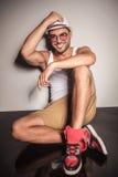 Hübscher junger zufälliger Mann, der auf dem Boden stillsteht Lizenzfreie Stockbilder