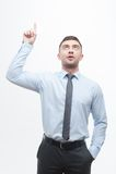 Hübscher Juniormanager, der Prozess der Idee zeigt Lizenzfreie Stockbilder