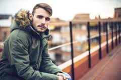 Hübscher kaukasischer junger Mann in der zufälligen Kleidung im städtischen environm stockbilder