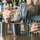 Hübscher Kellner macht Cocktail Stockbilder