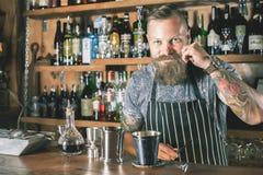 Hübscher Kellner macht Cocktail Stockfoto