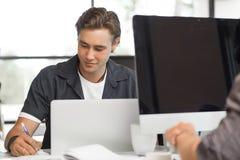Hübscher Kerl bei der Computerarbeit Lizenzfreies Stockfoto