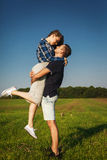 Hübscher Kerl, der mit seiner Freundin flirtet Lizenzfreie Stockbilder