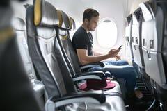Hübscher Kerl im Flugzeug lizenzfreies stockbild
