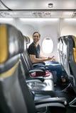 Hübscher Kerl im Flugzeug stockfoto