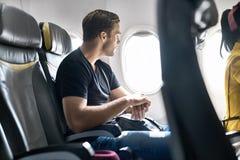 Hübscher Kerl im Flugzeug lizenzfreie stockfotografie