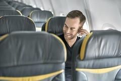 Hübscher Kerl im Flugzeug stockfotos