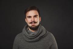 Hübscher Kerl mit Bart im Wollpullover Lizenzfreie Stockbilder