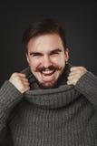 Hübscher Kerl mit Bart im Wollpullover Stockfotografie