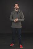 Hübscher Kerl mit Bart im Wollpullover Lizenzfreies Stockbild
