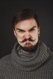 Hübscher Kerl mit Bart im Wollpullover Lizenzfreie Stockfotos