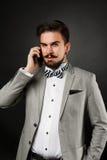 Hübscher Kerl mit Bart und Schnurrbart in der Klage Lizenzfreie Stockbilder