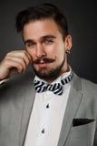 Hübscher Kerl mit Bart und Schnurrbart in der Klage Lizenzfreie Stockfotografie