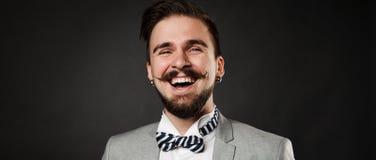 Hübscher Kerl mit Bart und Schnurrbart in der Klage Stockfotos