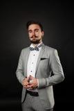 Hübscher Kerl mit Bart und Schnurrbart in der Klage Stockbilder